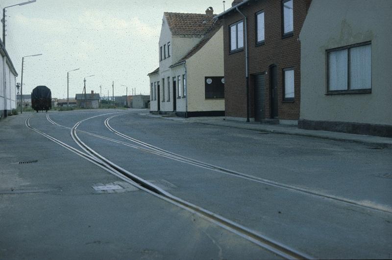 Løgstør Havnebane 5., 6. eller 7. juli 1980. I billedet ses sporskifte 20. Udtrækssporet bag fotografen er kun 50 meter langt. Ukendt godsvogn holder på selve havnesporet. (Fotograf: Thomas Boberg Nielsen)