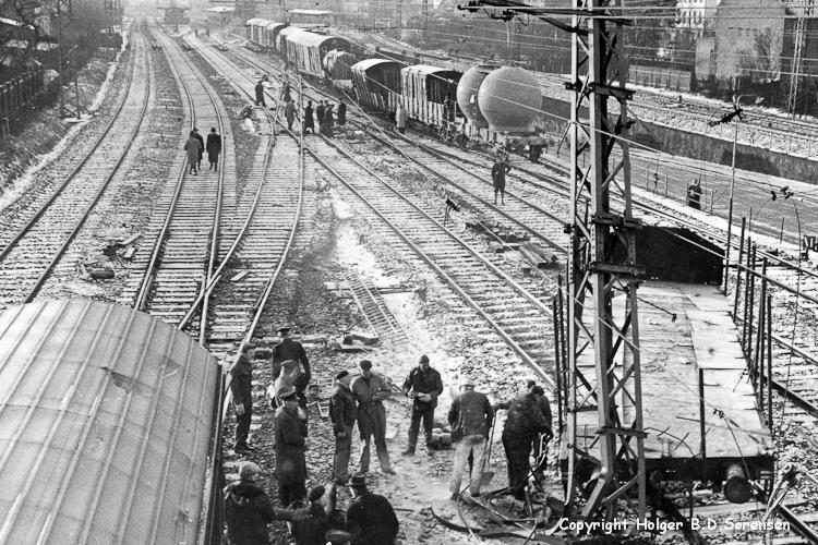 Det sprængte og afsporede tog set fra nord mod syd - billedet er